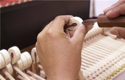 Picking the hammer with a felt picker